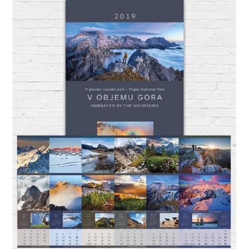 Stenski koledar v objemu gora